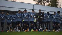 Para pemain Porto berlari kecil dalam sesi latihan Porto di markas klub di Olival, Vila Nova de Gaia, Senin (30/11/2020) waktu setempat. Porto akan menghadapi Manchester City pada matchday ke-5 Grup C Liga Champions 2020/21, Selasa (1/12/2020). (AFP/Miguel Riopa)