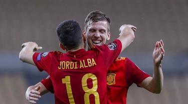 Pemain Spanyol Dani Olmo (belakang) mendapat selamat dari rekan setimnya Jordi Alba usai mencetak gol ke gawang Kosovo pada pertandingan Grup B babak kualifikasi Piala Dunia 2022 antara di Stadion La Cartuja, Seville, Spanyol, Rabu (31/3/2021). Spanyol menang 3-1. (AP Photo/Miguel Angel Morenatti)