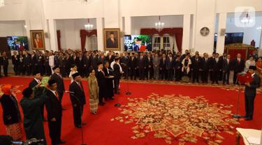 Presiden Joko Widodo atau Jokowi (kanan) saat melantik komisioner Komisi Kejaksaan RI di Istana Negara, Jakarta, Jumat (1/11/2019). Jokowi melantik sembilan komisioner Komisi Kejaksaan RI periode 2019-2023. (Liputan6.com/Angga Yuniar)