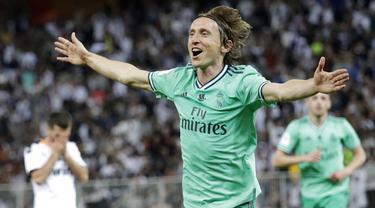 Gelandang Real Madrid, Luka Modric, melakukan selebrasi usai membobol gawang Valencia pada laga Piala Super Spanyol di Stadion King Abdullah Sport City, Arab Saudi, Rabu (8/1/2020). Real Madrid menang 3-1 atas Valencia. (AP/Amr Nabil)