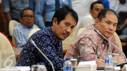 Dirut JICT, Dani Rusli (kiri) bersama Wakil Dirut JICT, Riza Erivan mendengarkan pertanyaan pada sidang pansus angket Pelindo II di Gedung DPR Jakarta, Rabu (25/11/2015). Sidang meminta keterangan dari tiga pejabat JICT. (Liputan6.com/Helmi Fithriansyah)