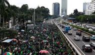 Pengemudi ojek online (ojol) menggelar demonstrasi di depan Gedung DPR/MPR, Senayan, Jakarta, Jumat (28/2/2020). Mereka menyampaikan tuntutan terkait UU No 22/2009 itu direvisi dan menjadikan kendaraan roda dua sebagai transportasi khusus terbatas. (Liputan6.com/Johan Tallo)