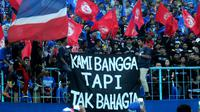 Isi hati Aremania di sudut Stadion Kanjuruhan, Malang. (Bola.com/Iwan Setiawan)