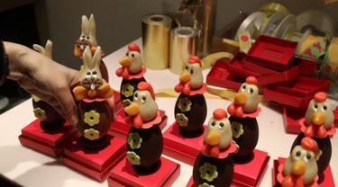 Coklat telur berbentuk kelinci yang telah selesai dibuat terlihat di Wittamer chocolate workshop, Brussels, Belgia (17/4). Coklat-coklat lucu ini dibuat oleh juru masak kue Belgia, Christophe Roesem untuk persiapan Hari Raya Paskah. (Reuters/Yves Herman)