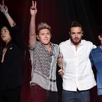 One Direction tampil di acara iHeart Radio Jingle Ball di Staples Center, Los Angeles, Jumat (4/12). Boyband asal Inggris itu memilih vakum dalam batas waktu yang tak ditentukan pada Maret 2016. (Christopher Polk/Getty Images untuk iHeartMedia/AFP)