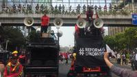 Massa demonstran dari berbagai elemen menggelar aksi long march dari Bundaran HI menuju ke depan Istana Merdeka. (Radityo Priyasmoro/Liputan6.com)