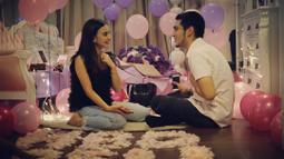 Sebuah kejutan ulang tahun dengan banyak balon warna ungu dan bertabur bunga. Ultah perempuan biasa disapa Ibel itu dikelilingi orang-orang dekat dan fansnya. (Instagram/giorgino_abraham)