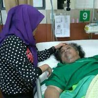 Budi Anduk terbaring di Rumah Dharmais Jakarta Barat. Sang istri Neneng Nurhayati, setia mendampingi. (Uki/Bintang.com)