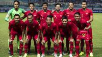 Para pemain Timnas Indonesia foto bersama sebelum melawan Hongkong pada laga persahabatan di Stadion Wibawa Mukti, Jakarta, Selasa (16/10). Kedua negara bermain imbang 1-1. (Bola.com/Vitalis Yogi Trisna)