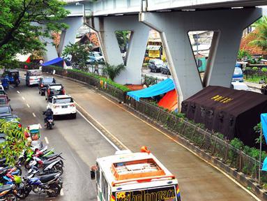 Sejumlah warga korban banjir mengungsi di bawah kolong Jembatan Pesing, Grogol, Jakarta, Rabu (11/2/2015). Tenda darurat mereka dirikan untuk bertahan sementara waktu. (Liputan6.com/Faisal R Syam)