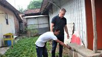 Matt Damon saat berkunjung ke rumah pelanggan PDAM bernama Suntoro di Batang, Jawa Tengah, Indonesia untuk melihat dampak kemajuan program organisasi Water.org yang didirikannya. (Water.org)