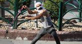 Seorang demonstran Palestina menggunakan katapel untuk melempar batu ke arah tentara Israel saat terjadi bentrokan usai aksi demonstrasi menolak rencana aneksasi Israel di Kota Hebron, Tepi Barat, Jumat (3/7/2020). (Xinhua/Mamoun Wazwaz)