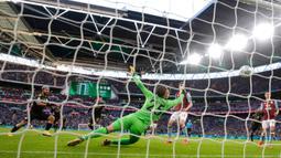 Striker Manchester City, Sergio Aguero (kiri) mencetak gol ke gawang Aston Villa pada laga final Piala Liga Inggris di Stadion Wembley, London, Minggu (1/3/2020). Manchester City memastikan trofi Piala Liga Inggris ketiga secara beruntun setelah menang 2-1 atas Aston Villa. (AP/Ian Walton)