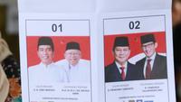 Petugas menunjukkan surat suara Pemilu 2019 di TPS 079 Panti Sosial Bina Laras Harapan Sentosa 2, Jakarta, Rabu (17/4). Di TPS tersebut, pasangan nomor urut 01 memperoleh 61 suara, pasangan nomor urut 02 memperoleh 55 suara, sementara suara tidak sah sebanyak 88 suara. (Liputan6.com/Immanuel Antoniu
