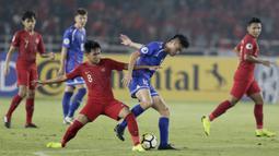 Gelandang Indonesia, Witan Sulaeman, berebut bola dengan pemain Cina Taipei, pada laga AFC U-19 di SUGBK, Jakarta, Kamis (18/10/2018. (Bola.com/M Iqbal Ichsan)