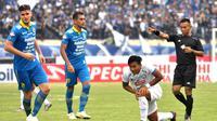 Duel Persib vs Arema di Stadion Si Jalak Harupat, Soreang, Selasa (12/11/2019). (Bola.com/Iwan Setiawan)