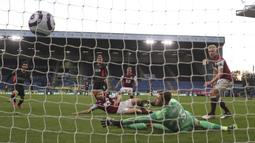 Gelandang Liverpool, Roberto Firmino (tengah) mencetak gol pertama timnya ke gawang Burnley dalam laga lanjutan Liga Inggris 2020/2021 pekan ke-37 di Turf Moor, Burnley, Rabu (19/5/2021). Liverpool menang 3-0 atas Burnley. (AP/Martin Rickett/Pool)