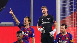 Gelandang Barcelona, Ivan Rakitic (kiri belakang) berselebrasi usai mencetak gol ke gawang Athletic Bilbao pada lanjutan La Liga Spanyol  di stadion Camp Nou, Barcelona (23/6/2020). Barcelona menang tipis atas Bilbao 1-0. (AFP/Pau Barrena)