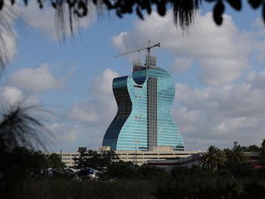 Hotel Hard Rock setinggi 400 kaki terlihat selama dibangun di Hollywood, Florida (24/5/219). Hotel 638 kamar ini merupakan bagian dari kompleks Seminole Hard Rock Hotel & Casino Hollywood dan dijadwalkan akan dibuka pada 24 Oktober. (AFP Photo/Joe Raedle)