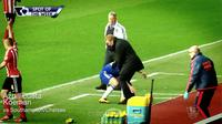 Video highlights manajer Southampton, Ronald Koeman yang coba mengganggu bek Chelsea, Cesar Azpilicueta yang berusaha mengambil bola.