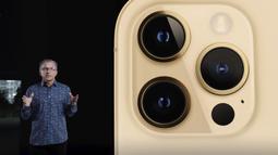 "Wakil Presiden Senior Pemasaran iPhone Dunia Greg ""Joz"" Joswiak memperkenalkan iPhone 12 Pro saat acara Apple di Apple Park, Cupertino, California, Amerika Serikat, 13 Oktober 2020. Apple meluncurkan seri iPhone 12 yang mendukung teknologi seluler 5G. (Apple Inc./AFP)"