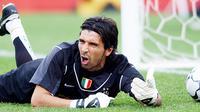 Bersama Parma kala itu, Buffon berhasil menjuarai Coppa Italia, Piala UEFA, dan Piala Super Italia. Piala UEFA merupakan satu-satunya trofi kompetisi Eropa untuk Buffon sepanjang kariernya. (AP Photo/Michael Dwyer)