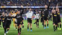 Pemain Inter Milan merayakan kemenangan timnya usai bertanding melawan Sampdoria pada lanjutan pertandingan Liga Serie A Italia di stadion Luigi Ferraris di Genoa (28/9/2019). Dengan kemenangan ini Inter masih memuncaki klasemen sementara dengan poin 18. (Luca Zennaro / ANSA Via AP)