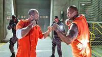 "Dwayne ""The Rock"" Johnson dan Jason Statham dalam Fast and Furious 8. (Universal)"