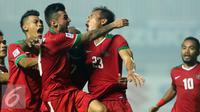 Bek Timnas Indonesia, Hansamu Yama Pranata (kedua kanan) disambut usai mencetak gol ke gawang Thailand di final pertama Piala AFF 2016, Stadion Pakansari, Bogor, Rabu (14/12). Indonesia unggul 2-1 atas Thailand. (Liputan6.com/Helmi Fithriansyah)