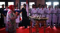 Wali Kota Surabaya Tri Rismaharini mengukuhkan 100 pelajar pilihan dalam Pasukan Pengibar Bendera Pusaka (Paskibraka) Kota Surabaya 2019. (Foto:Liputan6.com/Dian Kurniawan)