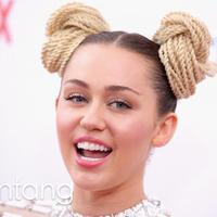 Miley Cyrus terlihat hangout dengan saudara Liam Hemsworth (via AFP/Bintang,com)