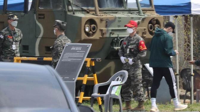 Son Heung-min tertangkap kamera saat tiba di Pulau Jeju. (YONHAP/AFP)