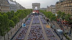 Suasana nonton film gratis di ruang terbuka di jalan Champs Elysees, Paris (7/7/2019). Pemutaran bioskop luar ruangan gratis di Paris musim panas ini menayangkan film Prancis dengan teks bahasa Inggris, untuk membantu Anglophones mengikuti budaya Prancis. (AP Photo/Michel Euler)