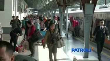 Stasiun Pasar Senen masih ramai pemudik meski lebaran sudah sepekan berlalu.
