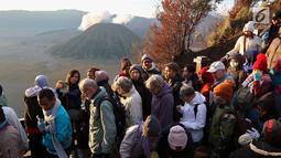 Wisatawan memadati tangga Bukit Cinta usai melihat sunrise matahari di Kecamatan Tosari, Pasuruan, Jawa Timur, Sabtu (4/11). Wisatawan bisa melihat keindahan Gunung Batok dari lokasi tersebut. (Liputan6.com/Fery Pradolo)