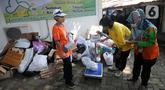 Warga mengumpulkan sampah yang akan dikonversi ke dalam buku tabungan pada salah satu perumahan elite di kawasan Lebak Bulus, Jakarta Selatan, Selasa (21/9/2021). Kegiatan ini digelar berkat kerja sama dengan Bank Sampah DKI. (merdeka.com/Arie Basuki)