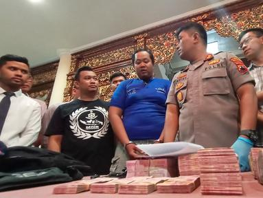 Tersangka dihadirkan saat rilis kasus pembobolan ATM di Polrestabes Semarang, Jawa Tengah, Kamis (9/1/2020). Dalam kasus ini polisi menetapkan satu pegawai dari unit outsourcing teknisi ATM sebagai tersangka. (Liputan6.com/Gholib)