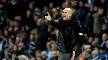 Pelatih Manchester City Pep Guardiola memberikan instruksi kepada para pemainnya saat menghadapi Manchester United pada pertandingan Liga Inggris di Etihad Stadium, Manchester, Inggris, Sabtu(7/12/2019). Manchester City kalah 1-2. (AP Photo/Rui Vieira)