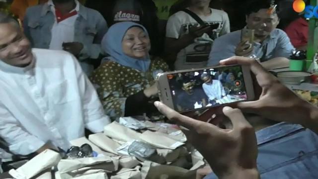 Mereka juga berbincang santai dengan warga sembari menyantap aneka makanan dan minuman yang dijajakan.