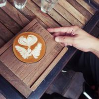 Segala sesuatu yang berlebihan memang tidak baik. Salah satunya jika kamu kerap mengonsumsi creamer pada kopi secara berlebihan./ Photo by Waranya Mooldee on Unsplash