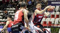 Pebasket Indonesia, Donald Santoso, berusaha melewati pebasket Thailand pada Asian Para Games di Hall Basket, Jakarta, Rabu (10/10/2018). Indonesia kalah 10-62 dari Thailand. (Bola.com/M Iqbal Ichsan)