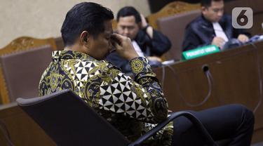 Terdakwa penerima gratifikasi terkait kerjasama jasa pelayaran, Bowo Sidik Pangarso menyimak pembacaan amar putusan saat sidang di Pengadilan Tipikor Jakarta, Rabu (4/12/2019). Bowo divonis 5 tahun penjara dan denda Rp 250 juta subsider 4 bulan kurungan. (Liputan6.com/Helmi Fithriansyah)