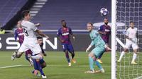 Penyerang Bayern Munchen, Robert Lewandowski, saat mencetak gol ke gawang Barcelona pada perempat final Liga Champions 2019/2020 di Estadio Da Luz, Sabtu (15/8/2020) dini hari WIB. Bayern Munchen menang telak 8-2 atas Barcelona. (AFP/Manu Fernandez/pool)