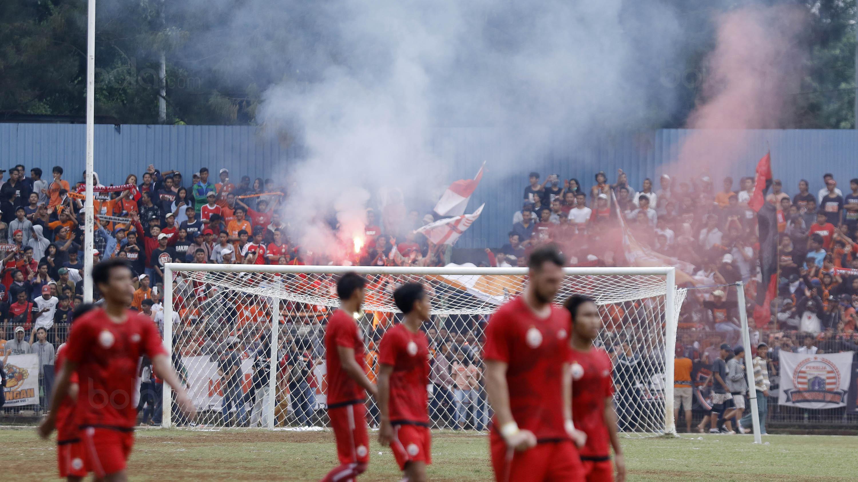 The Jakmania saat menyaksikan pertandingan Persija Jakarta melawan Persika Karawang pada laga uji coba di Stadion Soemantri Brodjonegoro, Kuningan, Jakarta, Sabtu (30/12/2017). Persija menang 3-1 atas Persika. (Bola.com/M Iqbal Ichsan)