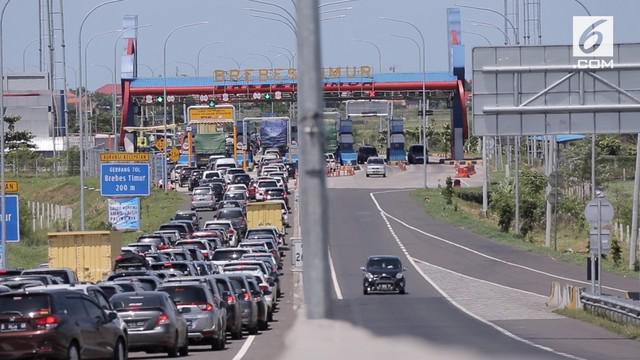 H-2 jelang Natal, kemacetan terjadi sepanjang 3 kilometer di Tol Brebes Timur. Jalur menuju arah sebaliknya malah lengang. Puncak kemacetan diperkirakan terjadi 24 Desember 2017.