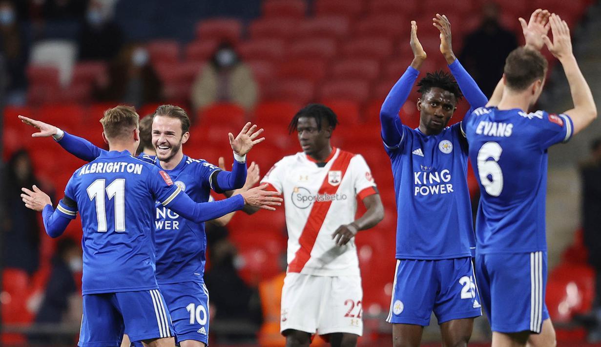 Para pemain Leicester City melakukan selebrasi usai menaklukkan Southampton pada laga Piala FA di Stadion Wembley, Senin (19/4/2021). Leicester City menang dengan skor 1-0. (Richard Heathcote/Pool via AP)