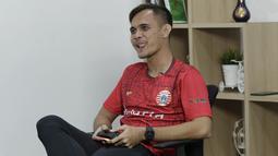 Pemain Persija Jakarta, Rezaldi Hehanussa, saat bermain FIFA 20 di Kantor KLY, Gondangdia, Jumat (26/6/2020). Andritany berhasil menjadi juara BOLA Esports Challenge setelah mengalahkan Rizky Darmawan dengan skor 8-0. (Bola.com/M Iqbal Ichsan)