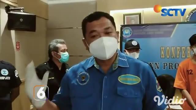 Petugas yang menggeledah isi mobil dengan menggunakan anjing pelacak mendapati ada 4 kilogram sabu yang disimpan di balik tumpukan baju. Rencananya barang haram ini akan dikirim dari Madura ke Jakarta.