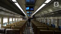 Penumpang Kereta Api Luar Biasa (KLB) di Stasiun Gambir, Jakarta, Selasa (12/5/2020). PT KAI mengoperasikan tiga rute dengan enam perjalanan kereta setiap harinya untuk penumpang yang dikecualikan sesuai aturan pemerintah dengan penerapan protokol pencegahan Covid-19. (merdeka.com/Imam Buhori)