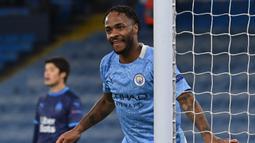 Di posisi 3-5 ditempati oleh gelandang Manchester City, Raheem Sterling. Satu assistnya saat laga terakhir melawan Newcastle United, Sabtu (26/12/2020), menambah pundi-pundi gol dan assistnya menjadi 31. (AFP/Paul Ellis)
